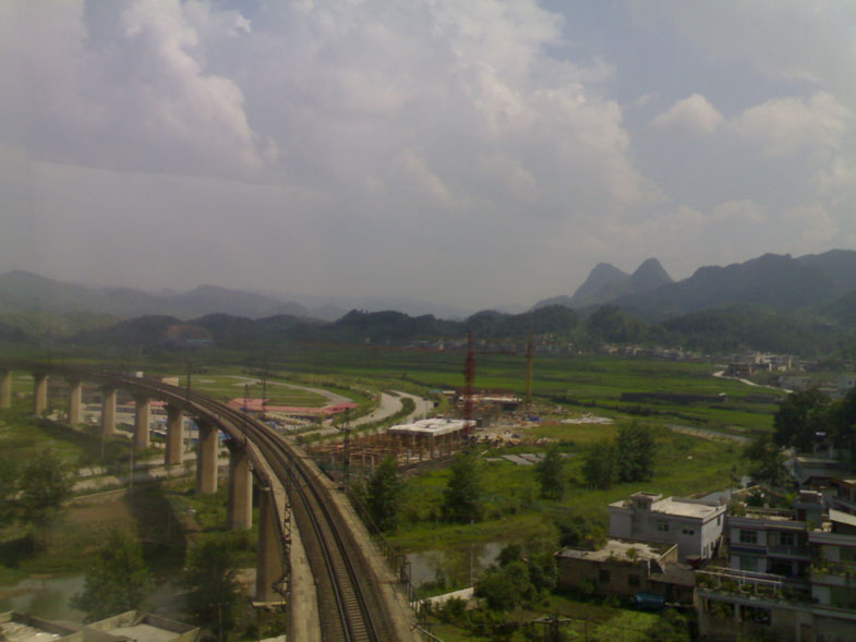 高速公路旁的铁路线